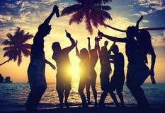 Folktonåringsommar som tycker om strandpartibegrepp arkivbilder