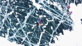 Folkturister går för att gå på pittoresk textur unika Lake Baikal Filmiska djupa sprickor gör grön glansigt klart slätar stock video