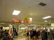 Folkunder runt om den i stadens centrum Honolulu Macy Store Closing försäljningen arkivbilder