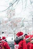 Folkuppklädden som santas deltar i välgörenhethändelsen Stockholm Santa Run i Sverige Arkivbilder