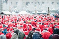 Folkuppklädden som santas deltar i välgörenhethändelsen Stockholm Santa Run i Sverige Royaltyfri Bild
