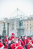 Folkuppklädden som santas deltar i välgörenhethändelsen Stockholm Santa Run i Sverige Arkivfoton