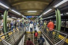 Folkväntan på gångtunnelstationstider kvadrerar i New York Royaltyfri Bild