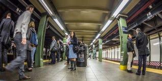 Folkväntan på gångtunnelstationstider kvadrerar i New York arkivbild