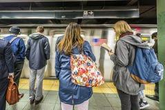 Folkväntan på gångtunnelstationstider kvadrerar i New York Royaltyfria Bilder