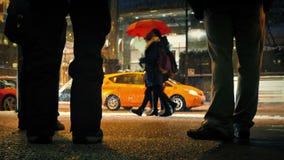 Folkväntan vid den upptagna vägen med att falla för snö stock video