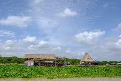 Folkway под голубым небом вокруг Tonlesap, Камбоджи Стоковые Изображения