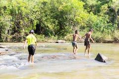Folkway тайских детей в сельской местности с рекой и природой внутри Стоковое Изображение RF