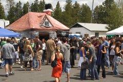 Folla al fatto a nel festival della birra dello schermo Fotografia Stock Libera da Diritti