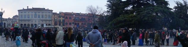 Folla al quadrato del reggiseno durante la Verona Carnival Fotografie Stock Libere da Diritti