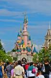 Folla al ricorso Parigi del Disneyland Fotografia Stock