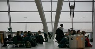 Folla all'aeroporto a Budapest immagine stock