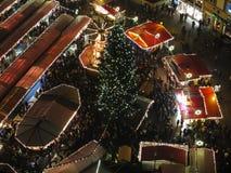Folla alla vista areale del mercato di Natale di notte Fotografia Stock Libera da Diritti