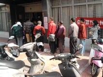 Folla allineata alla banca di Taiwan fotografia stock