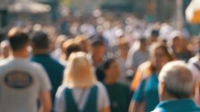 Folla anonima della gente che cammina sulla via della città in una sfuocatura Movimento lento stock footage