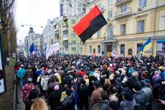 Folla arrabbiata della gente che cammina giù la via sulla dimostrazione antigovernativa Fotografia Stock