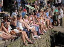 Folla che cattura il sole fotografie stock libere da diritti