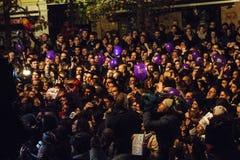 Folla che celebra i risultati elettorali generali Immagini Stock