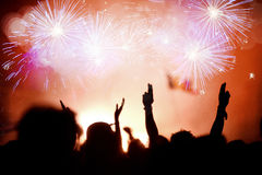 Folla che celebra il nuovo anno con i fuochi d'artificio Fotografie Stock Libere da Diritti