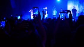 Folla che fa festa concerto rock stock footage