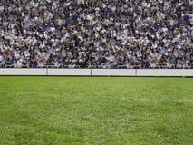 Folla che guarda un gioco in stadion Immagine Stock