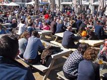 Folla che ha bevande, Brighton, Regno Unito Immagine Stock Libera da Diritti