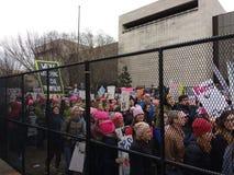 Folla che marcia dietro i recinti, Washington, DC, U.S.A. del ` s marzo delle donne Fotografie Stock Libere da Diritti