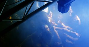 Folla che pratica il surfing ad un concerto 4k video d archivio