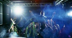 Folla che pratica il surfing ad un concerto 4k stock footage