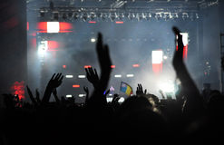 Folla che solleva le loro mani ad un concerto Immagine Stock Libera da Diritti