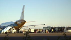 Folla degli aerei anonimi di imbarco del passeggero stock footage