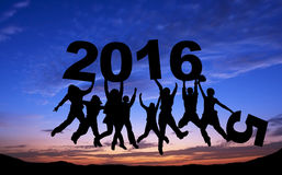 Folla degli amici che saltano con 2016 su cielo blu Immagini Stock