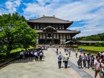 Folla degli studenti in tempio di Todai-ji, Nara, Giappone Fotografia Stock