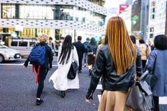 Folla dei cittadini e dei turisti che attraversano via nel distretto popolare di Ginza della città Tokyo, Giappone fotografia stock
