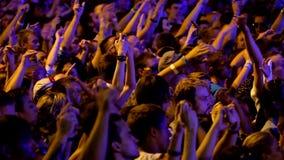 Folla dei fan che incoraggia al festival in tensione dell'aria aperta video d archivio
