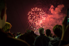 Folla dei fuochi d'artificio di sorveglianza della gente Fotografie Stock Libere da Diritti