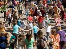 Folla del dancing della gente durante il festival Immagine Stock