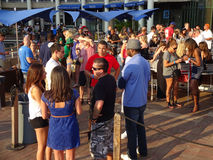 Folla del ristorante al lungomare Immagini Stock