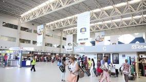 Folla dell'aeroporto video d archivio