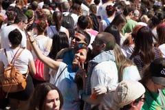 Folla della gente al festival Holi a Barcellona Fotografia Stock Libera da Diritti