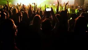 Folla della gente alla luce dei riflettori al concerto video d archivio