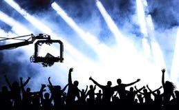 Folla della gente allegra ad un concerto Partito della gioventù di dancing, illustrazione illustrazione di stock