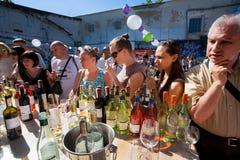 Folla della gente che assaggia vino nella barra all'aperto Immagini Stock