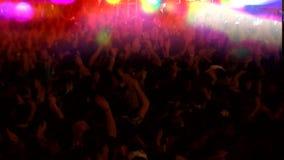 Folla della gente che balla al concerto video d archivio