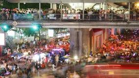 Folla della gente che cammina con l'ingorgo stradale video d archivio