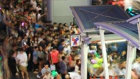 Folla della gente che cammina con l'ingorgo stradale a Siam Center, Bangkok archivi video