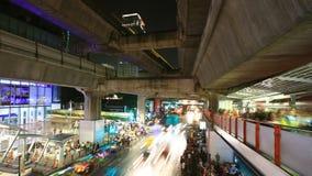 Folla della gente che cammina con l'ingorgo stradale a Siam Center, Bangkok video d archivio