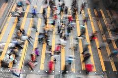 Folla della gente che cammina sulla via del passaggio pedonale Fotografie Stock