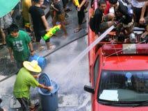 Folla della gente che celebra il festival tradizionale del nuovo anno di Songkran Immagini Stock
