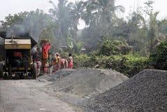 Folla della gente che costruisce nuova strada Immagini Stock